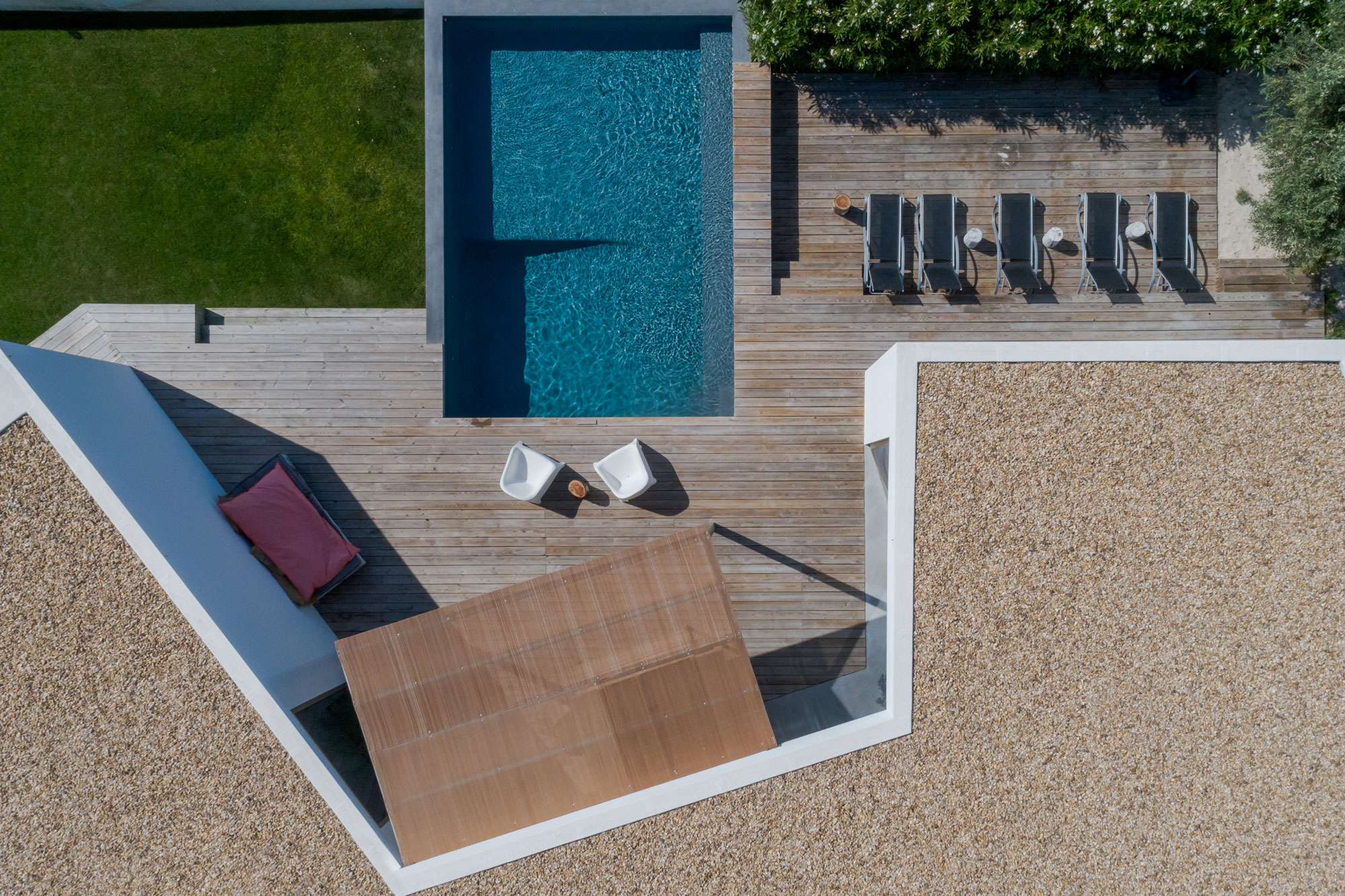modern-house-with-garden-swimming-pool-and-wooden-GJQVKDM