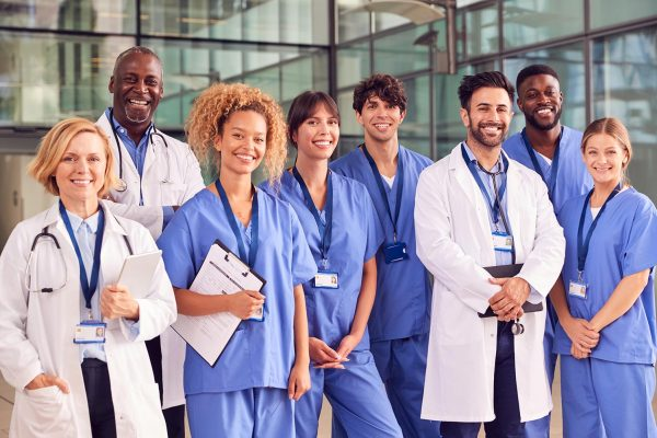 portrait-of-smiling-medical-team-standing-in-moder-LYUAHD4