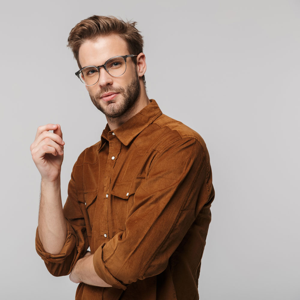 portrait-of-unshaven-young-man-posing-and-looking--FMUW7DX