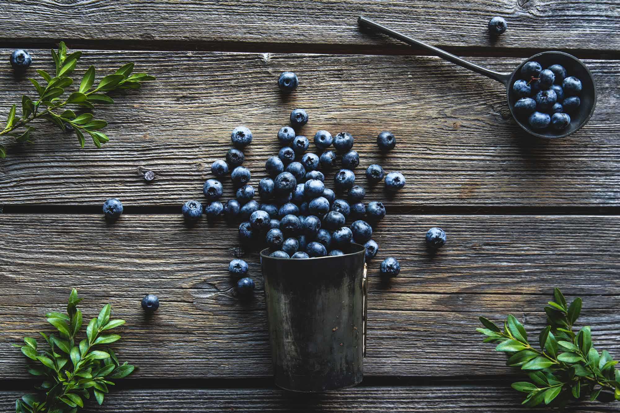 blueberries-in-a-cup-on-a-wooden-background-summer-ECLMV2S